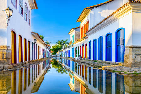 Foto de Street of historical center in Paraty, Rio de Janeiro, Brazil. Paraty is a preserved Portuguese colonial and Brazilian Imperial municipality - Imagen libre de derechos