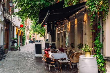 Foto de Old street of the historic city center of Antwerpen (Antwerp), Belgium. Cozy cityscape of Antwerp. Architecture and landmark of Antwerpen - Imagen libre de derechos