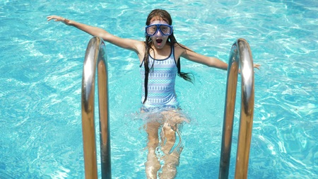 Foto de Happy active teen girl in the swimming pool, - Imagen libre de derechos