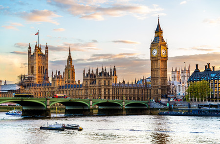 Photo pour The Palace of Westminster in London in the evening - England - image libre de droit