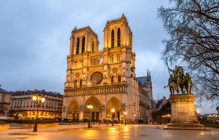 Foto de Evening view of the Notre-Dame de Paris - France - Imagen libre de derechos