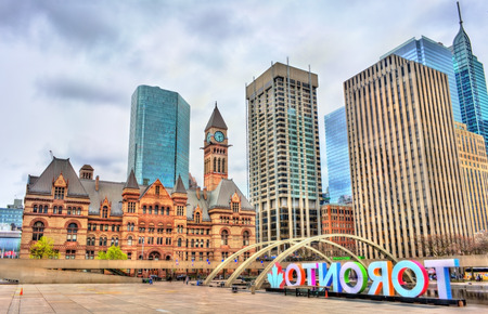 Foto de Nathan Phillips Square and Old City Hall in Toronto - Ontario, Canada - Imagen libre de derechos