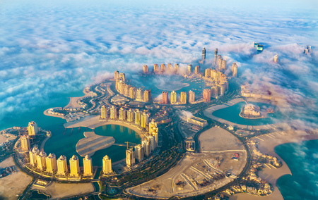 Foto de Aerial view of the Pearl-Qatar island in Doha through the morning fog - Qatar, the Persian Gulf - Imagen libre de derechos