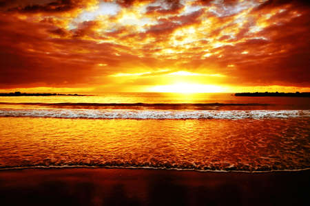 Photo pour Bright colorful sunset on the ocean  - image libre de droit