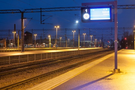 Foto per KOUVOLA, FINLAND - NOVEMBER 8, 2018: Railway station at night - Immagine Royalty Free