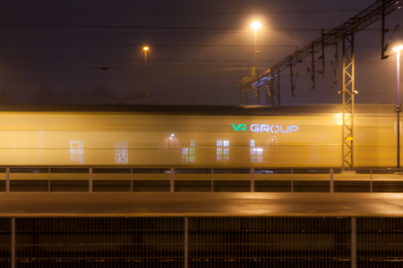 Foto per KOUVOLA, FINLAND - NOVEMBER 7, 2018: Train in motion on the station at night, long exposure photo - Immagine Royalty Free