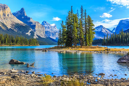 Photo pour Spirit Island in Maligne Lake - image libre de droit