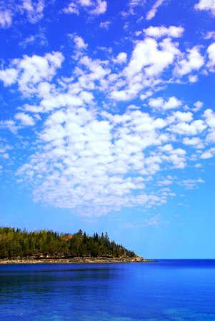 Foto de Beautiful view of a scenic lake with clear water and spectacular sky. Georgian Bay, Canada. - Imagen libre de derechos