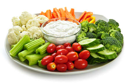Photo pour Platter of assorted fresh vegetables with dip - image libre de droit