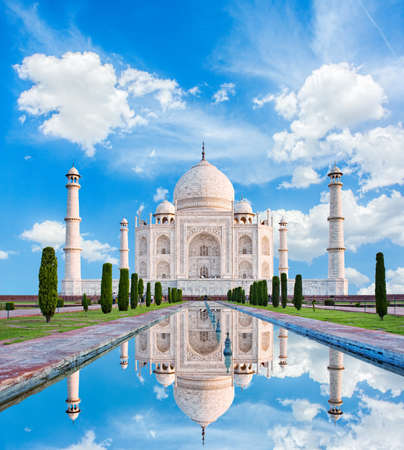 Foto de Amazing view on the Taj Mahal in sun light with reflection in water. The Taj Mahal is an ivory-white marble mausoleum on the south bank of the Yamuna river. Agra, Uttar Pradesh, India. - Imagen libre de derechos