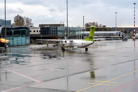 Foto per Riga, Latvia - October 28, 2018: AirBaltic Aircraft preparation for departure in the Riga International Airport. - Immagine Royalty Free