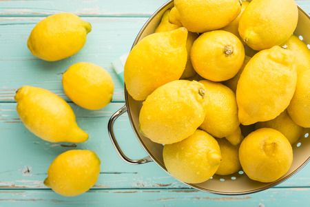 Photo pour Fresh lemons in retro colander  - image libre de droit