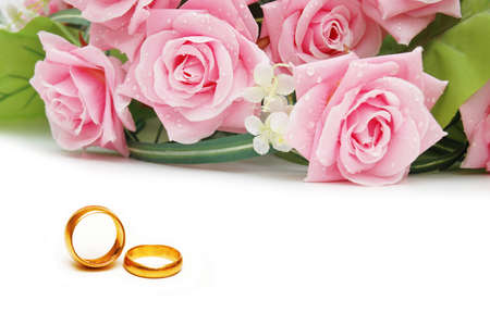 Photo pour Wedding concept with roses and rings - image libre de droit