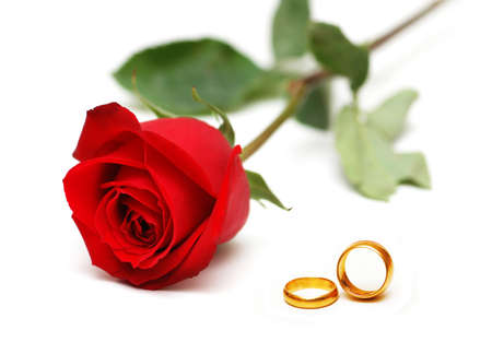 Foto de Wedding concept with roses and rings - Imagen libre de derechos