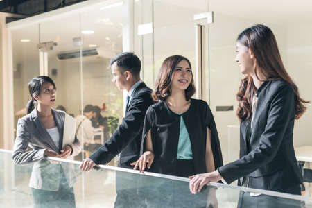 Foto de asian business people talk and chat - Imagen libre de derechos