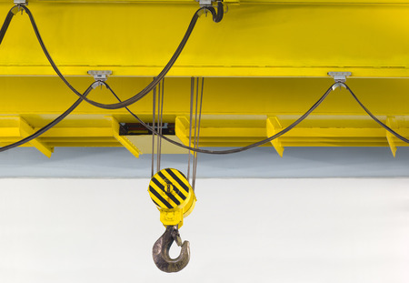 Foto de Electrically driven heavy duty overhead crane in a factory. - Imagen libre de derechos