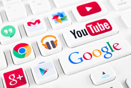 Photo pour SIMFEROPOL, RUSSIA - NOVEMBER 22, 2014: Most popular logotypes of Google applications printed on sticker and placed on a buttons of keyboard. Included Youtube, Gmail, Chrome, Play market and other - image libre de droit