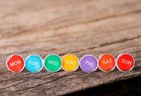 Photo pour Close up weekly push pins - image libre de droit