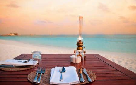 Photo pour romantic dinner at the beach - image libre de droit
