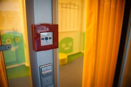 Photo pour Fire alarm on the wall of work area - image libre de droit