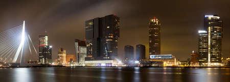 Photo pour panorama shot or erasmus bridge in Rotterdam, The Netherlands - image libre de droit