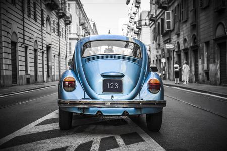 Foto de Old blue car in a black and white city  - Imagen libre de derechos