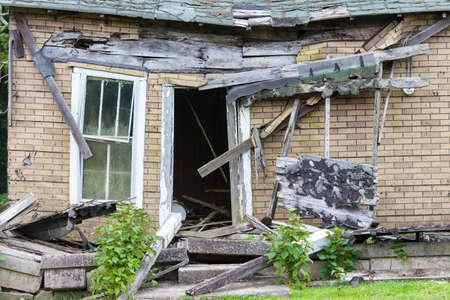 Foto de Front of an abandoned house that is falling down - Imagen libre de derechos