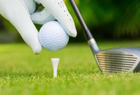 Photo pour Close up view of golf ball on tee on golf course - image libre de droit