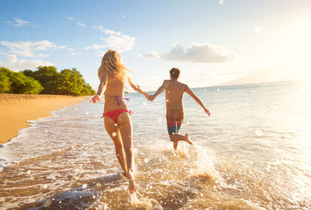 Photo pour Happy Couple Running on Tropical Beach at Sunset, Vacation - image libre de droit