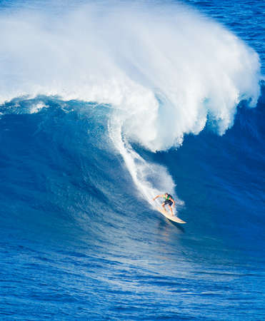 Foto de Extreme surfer riding giant ocean wave in Hawaii - Imagen libre de derechos