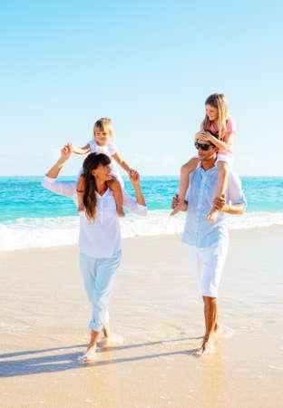 Foto de Happy family having fun on the beach - Imagen libre de derechos