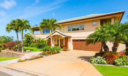 Foto de Beautiful Home Exterior, Luxury Home, Sunny Blue Sky  - Imagen libre de derechos