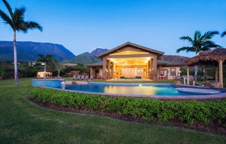 Foto de Luxury home with swimming pool at sunset - Imagen libre de derechos