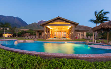 Photo pour Luxury home with swimming pool at sunset - image libre de droit