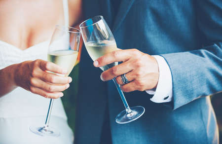 Photo pour Wedding Couple Toast - image libre de droit