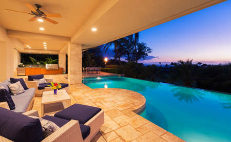 Photo pour Beautiful Luxury Home with Swimming Pool at Sunset - image libre de droit