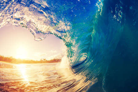 Photo pour Ocean Wave at Sunrise - image libre de droit