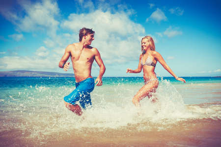 Photo pour Happy Attractive Young Couple on Tropical Beach - image libre de droit