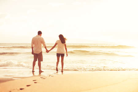 Photo pour Happy romantic couple on the beach at sunset. Young lovers on vacation. - image libre de droit