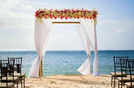 Photo pour Beautiful wedding arch on the beach - image libre de droit