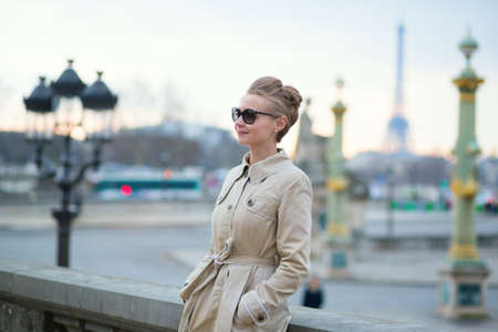 Photo pour Beautiful Parisian woman - image libre de droit