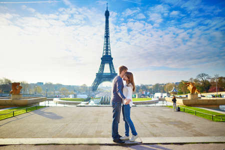 Foto de Young romantic couple in Paris having fun near the Eiffel tower - Imagen libre de derechos