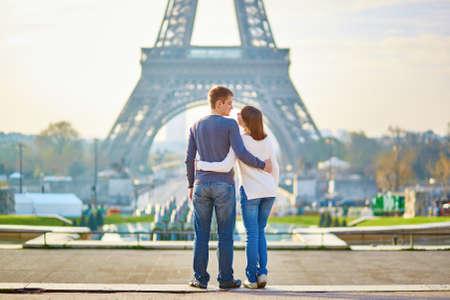 Foto de Beautiful romantic couple in Paris near the Eiffel tower - Imagen libre de derechos
