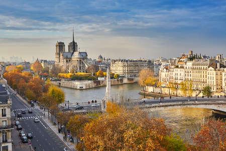 Foto de Scenic view of Notre-Dame de Paris with Saint-Louis and Cite islands on a bright fall day - Imagen libre de derechos