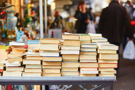 Foto de Old books on a Parisian flea market - Imagen libre de derechos