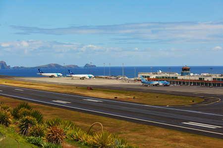 Foto de FUNCHAL - MARCH 24: View of runway in Cristiano Ronaldo International Airport on March 24, 2017 in Funchal, Madeira island, Portugal. FNC is considered as most dangerous runway in Europe - Imagen libre de derechos