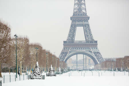 Photo pour Snowy day in Paris, France - image libre de droit