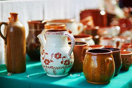 Foto de Handmade ceramic jugs sold on Easter fair in Vilnius, Lithuania. Traditional Lithuanian spring fair - Imagen libre de derechos