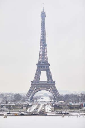 Foto de Scenic view to the Eiffel tower on a day with heavy snow. Unusual weather conditions in Paris - Imagen libre de derechos