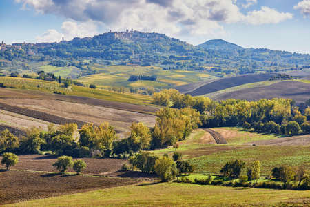 Photo pour Scenic Tuscan landscape with beautiful fields, meadows and hills. San Quirico d'Orcia, Tuscany, Italy - image libre de droit